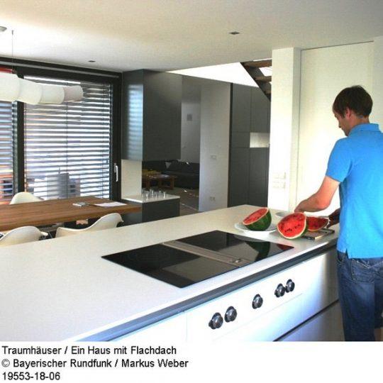 Vom Küchenbereich blickt man direkt bis ins Wohnzimmer.