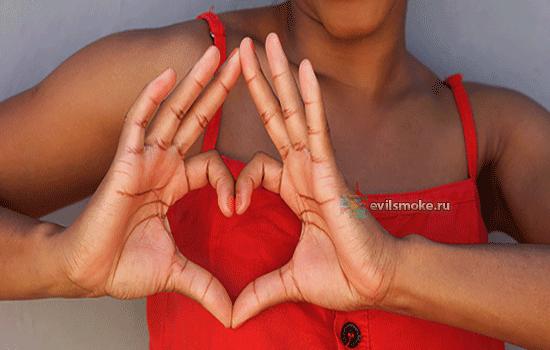 Фото - Девушка пальцами показывает сердечко