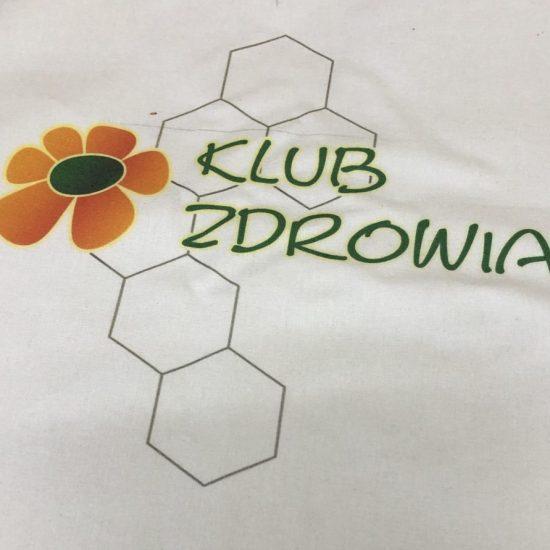 Nadruk DTG na bialej tkaninie bawelnianej Klub zdrowia