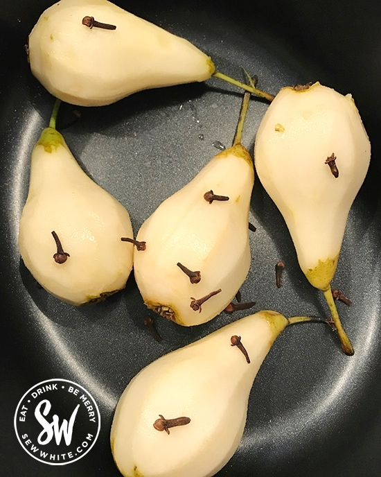 pears with cloves ready to be cooked with mulled wine