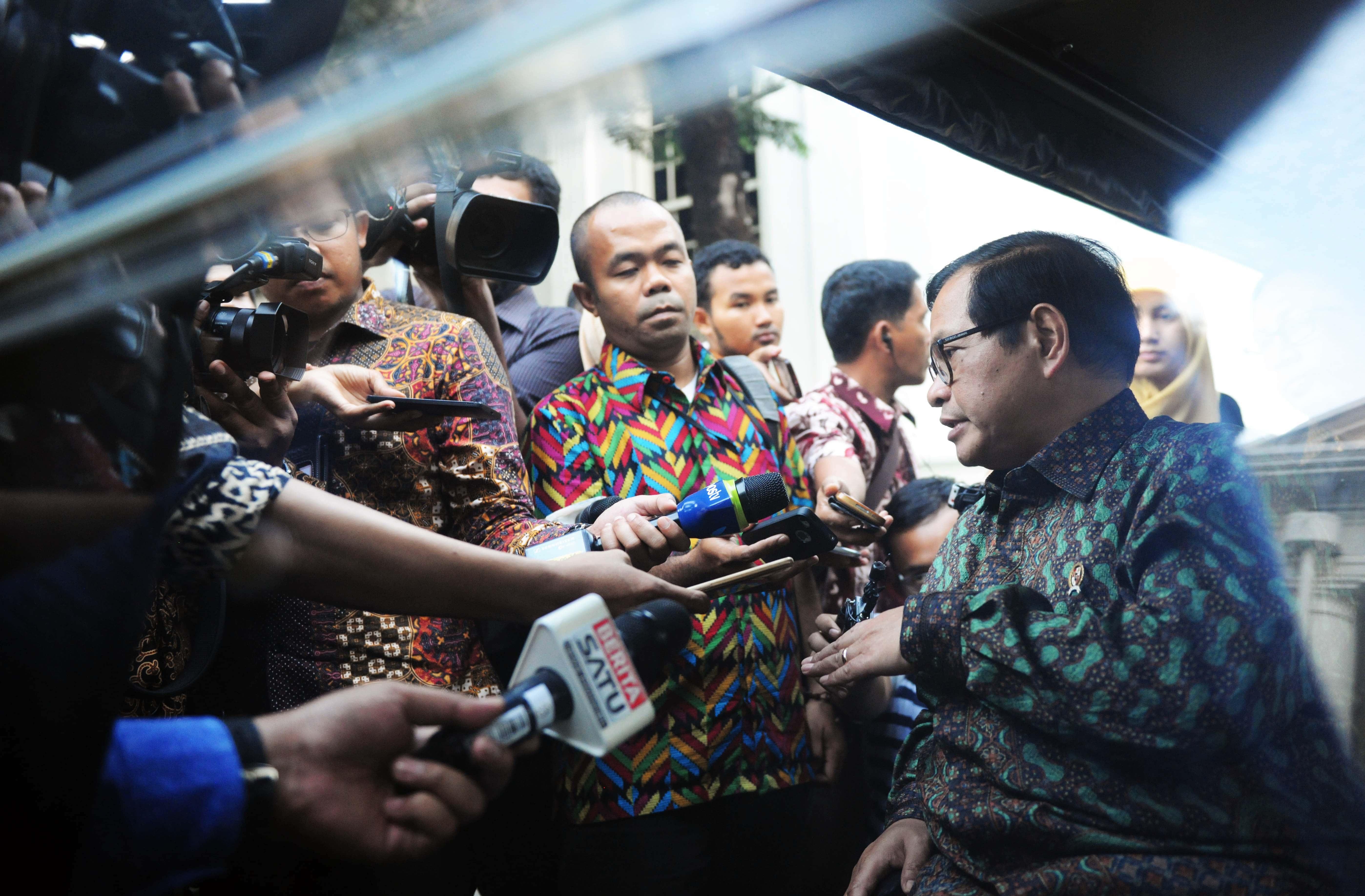 Seskab, Pramono Anung menjawab pertanyaan wartawan usai mengikuti Sidang Kabinet Paripurna, di Istana Negara, Jakarta, Rabu (15/3) petang. (Foto: Humas/Jay)