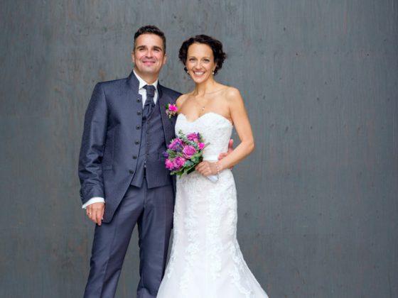 Hochzeitsfotograf Allgaeu Brautpaar Grauer Hintergrund Fuessen