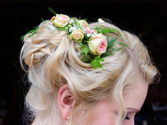 Hochzeitsfotograf Allgaeu Detail Blumen im Haar