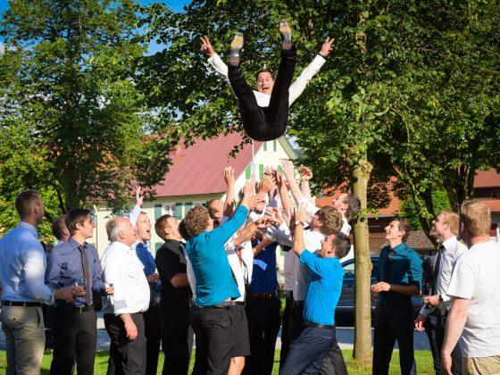 Hochzeitsfotograf Allgaeu Fun Fliegender Braeutigam