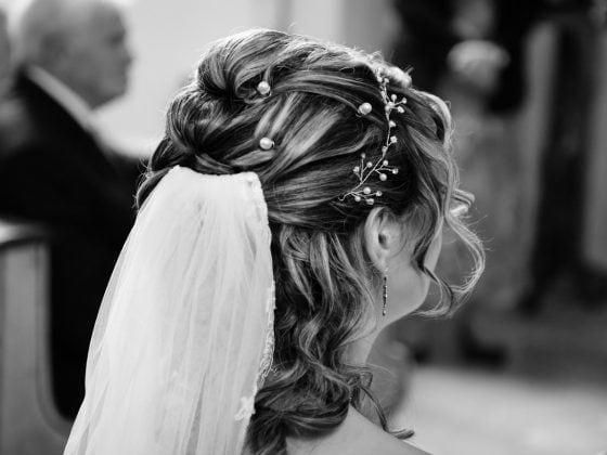 Hochzeitsfotograf Kempten Allgäu Details Haare Kirche
