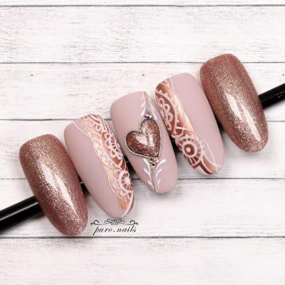 matowe paznokcie w brązowym kolorze