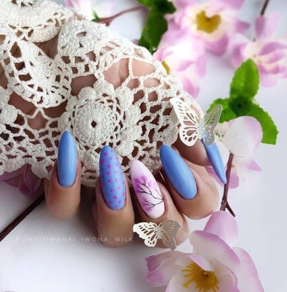 niebieskie pastelowe paznokcie hybrydowe