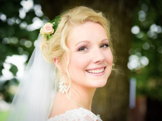 Hochzeitsfotograf Allgaeu Braut Lachen Portrait