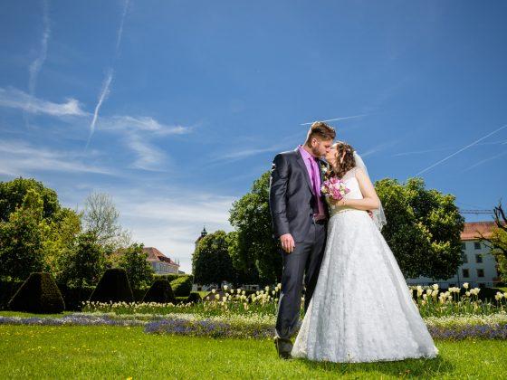 Hochzeitsfotograf Allgaeu Brautpaar Kuss Hofgarten Kempten