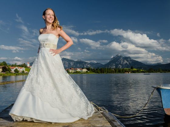 Hochzeitsfotograf Füssen Allgäu Braut Hopfensee Berge Steg