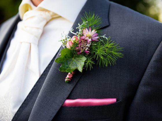 Hochzeitsfotograf Kempten Allgäu Details Anzug Blume