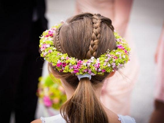 Hochzeitsfotograf Kempten Details Blumen im Haar Kind