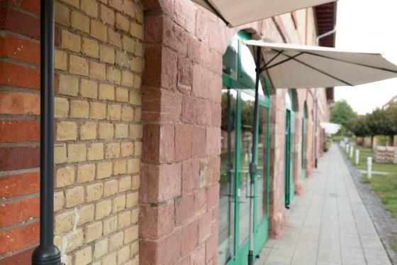 Seitlicher Blick auf den Laden von außen