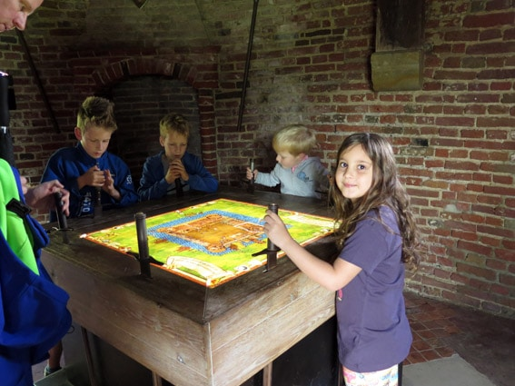 Castelo Muiderslot Muiden Holanda Laranjinha brincando
