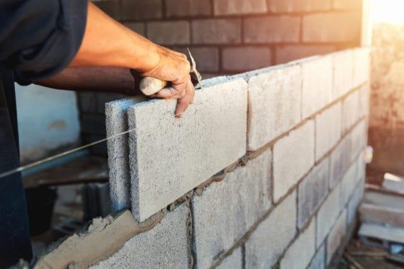 Maçon construction d'un mur à l'extérieur