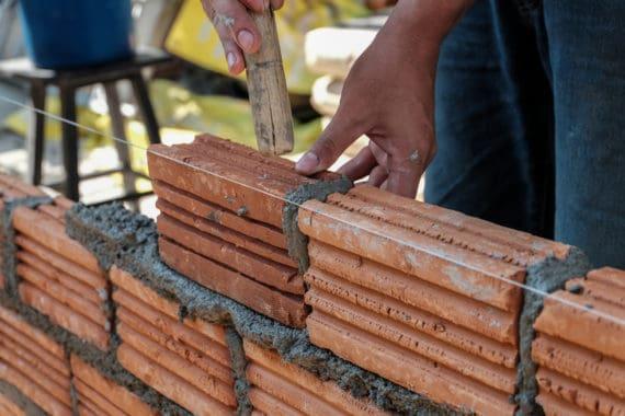 construction de mur avec des briques