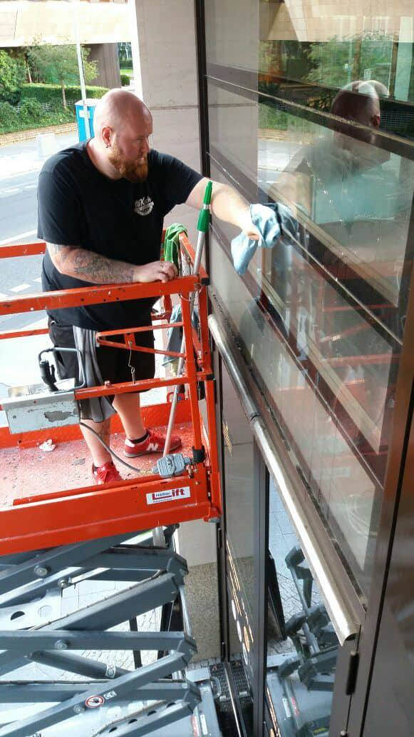 Dirk-Felix Koch bei der Fensterreinigung auf einer Hebebühne