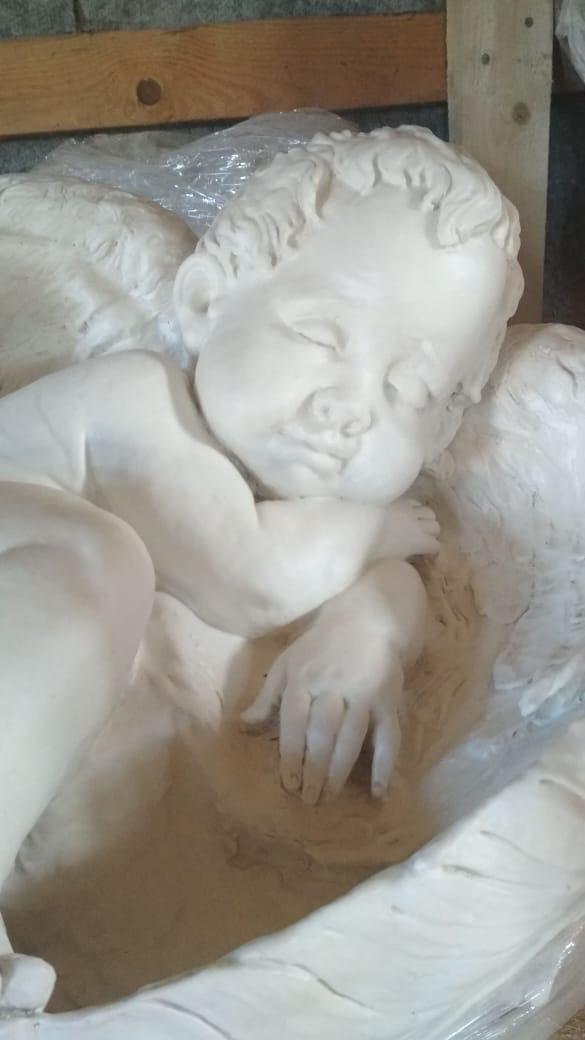 лежащий ангел на кладбище