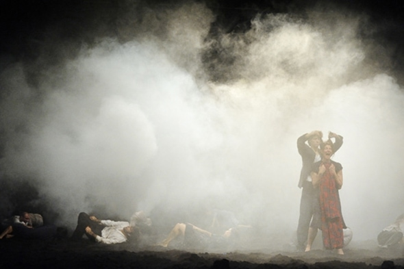 Tanztheater Wuppertal Pina Bausch in Aug dem Gebirge (photo: Karl-Heinz Krauskopf)