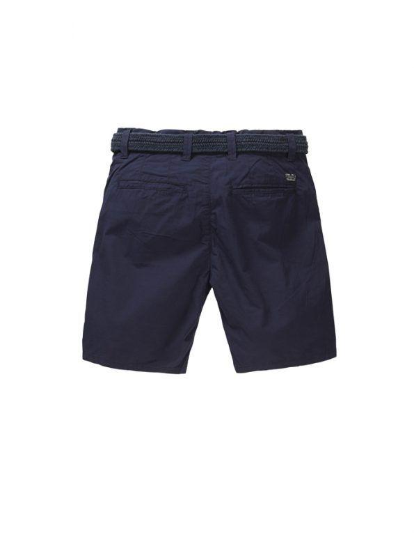 Bermuda Petrol Industries con corte pitillo, en tejido tipo chino color azul marino. Incluye cinturón.