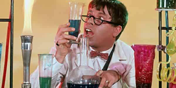 Gal professor som ser på kjemikalier i prøverør