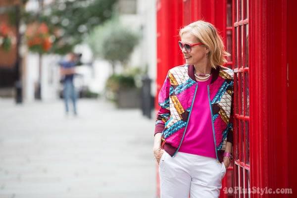 Street style London: Pink top and white pants with chic accessories | 40plusstyle.com