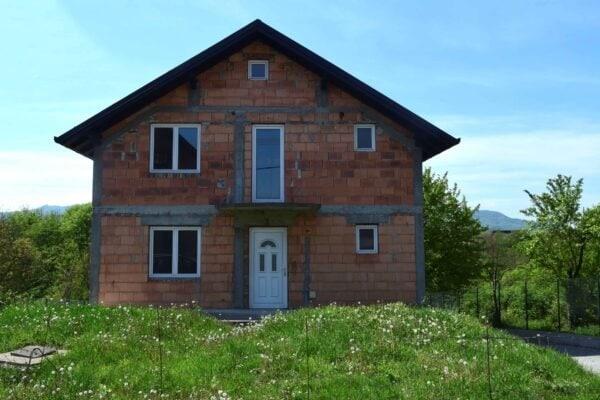 большой недостроенный дом в Лознице