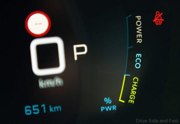 Peugeot e208_'Electric Car of the Year'_2021_instruments