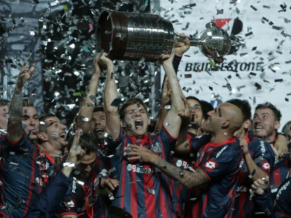 140814 BUENOS AIRES Aug 14 2014 Players of San Lorenzo celebrate their victory with the t