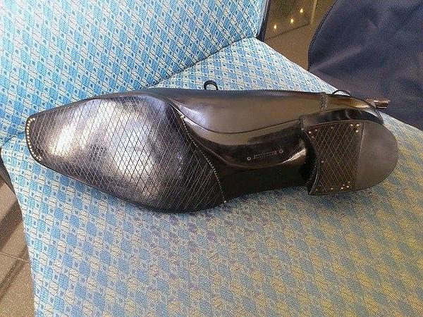 Här är ett exempel på en sko som kan se imponerande ut vid första anblick, men tittar man lite närmre bakom alla ritsar och glans ser man att arbetet lämnar en del övrigt att önska. Gjord av Yuki Shirahama Bottier.