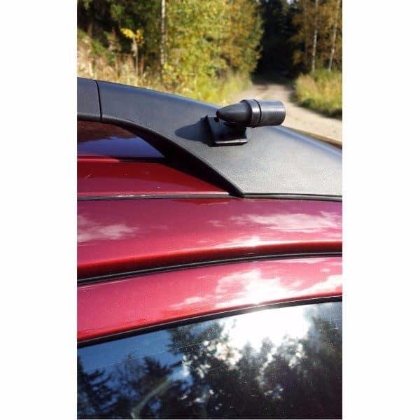 Hobi Hirvipilli eli Hirvivaroitin asennettuna auton kattokaiteeseen.