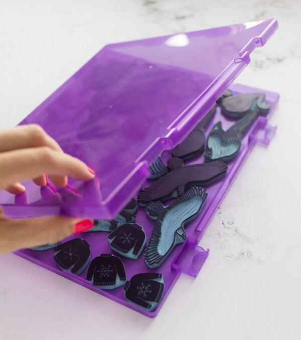 caja-para-sellos-artesanales-morada-materiales-carvado-sellos-ana-sola