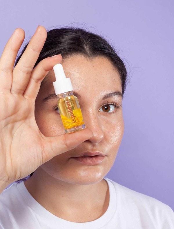 Portrait de femme avec huile CBD 15% Equilibre