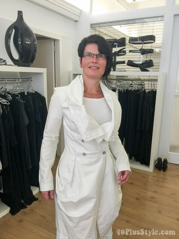 Women over 40's style idea: Asymmetric hair style and chic all white outfit | 40plusstyle.com