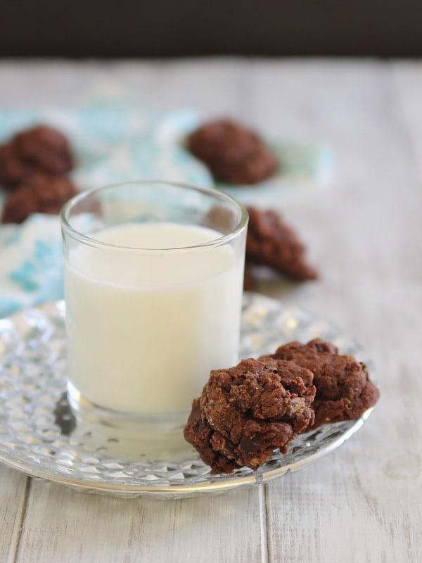 Dark Chocolate Amaretto Fudge Cookies | www.runningtothekitchen.com
