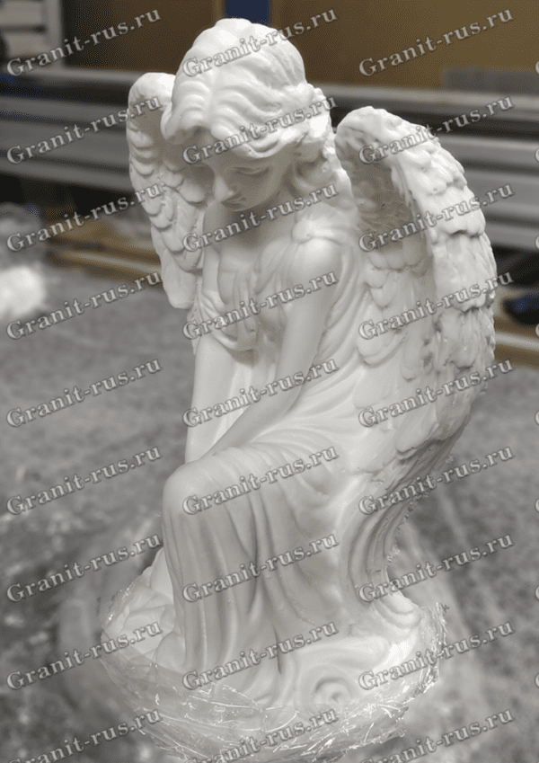 Скульптура скорбящей приклонившей колено