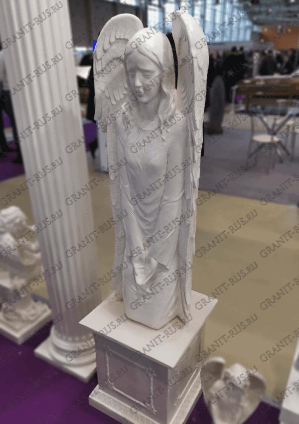 Скульптура на коленях