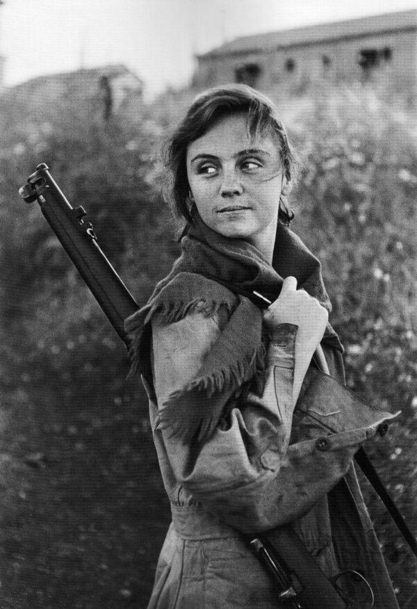 Young girl preparing for sentry duty. Haifa, Israele, 1951.
