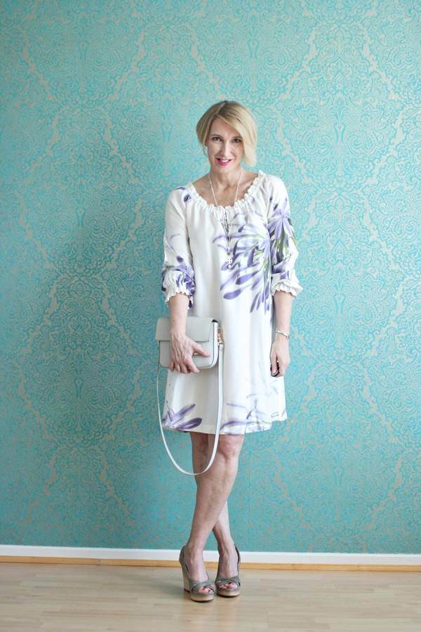 Style-interview-Claudia_ glamupyourlifestyle Rene-Lezard Seidenkleid geblümtes-Kleid Sommerkleid