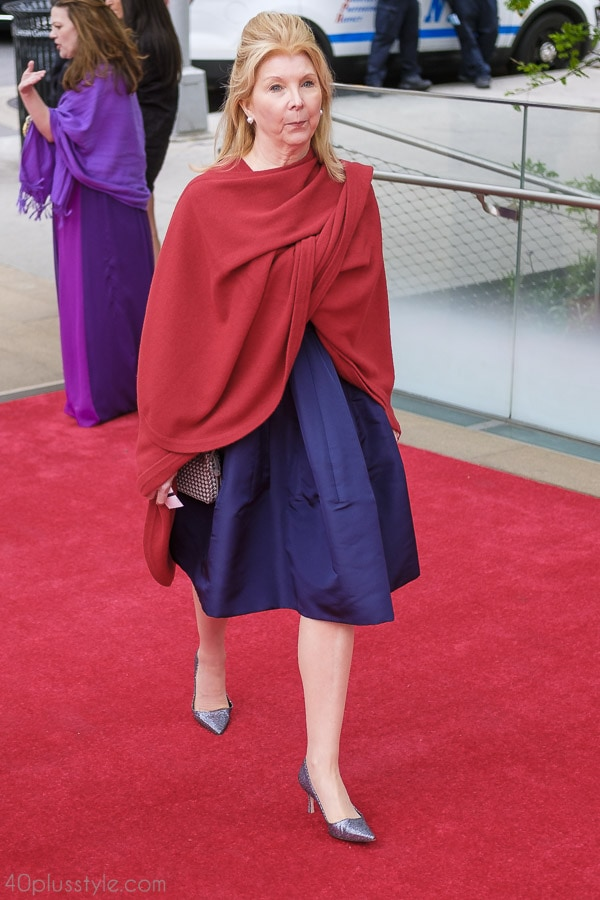 Red and blue pairings make a simple yet stylish color blocking look | 40plusstyle.com
