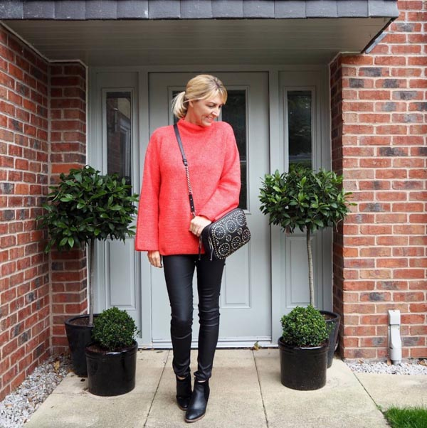 Feminine outfits with black skinny pants | 40plusstyle.com