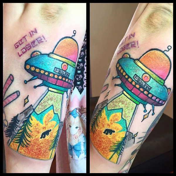 Инопланетянин и НЛО тату на руке