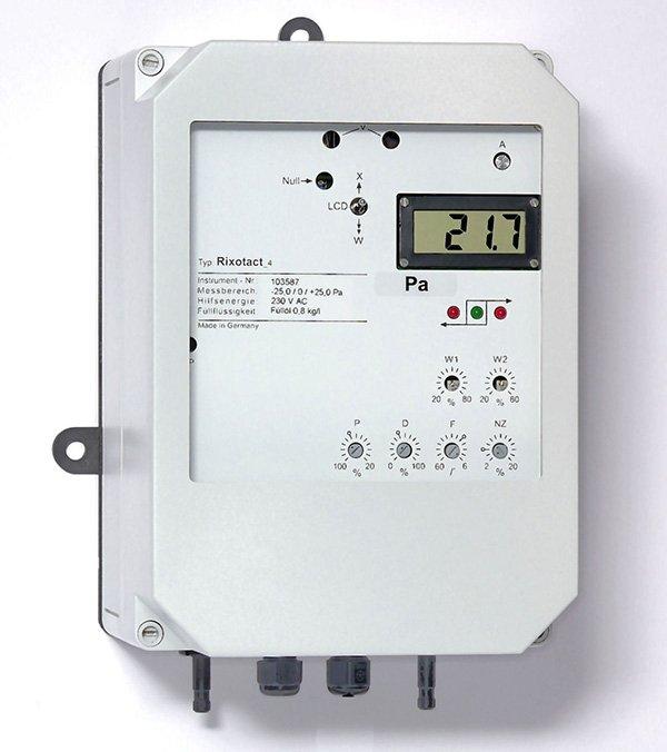 Differenzdruckmessgerät Rixotact_4 mit eingebauten Drei-Punkt-Schrittregler