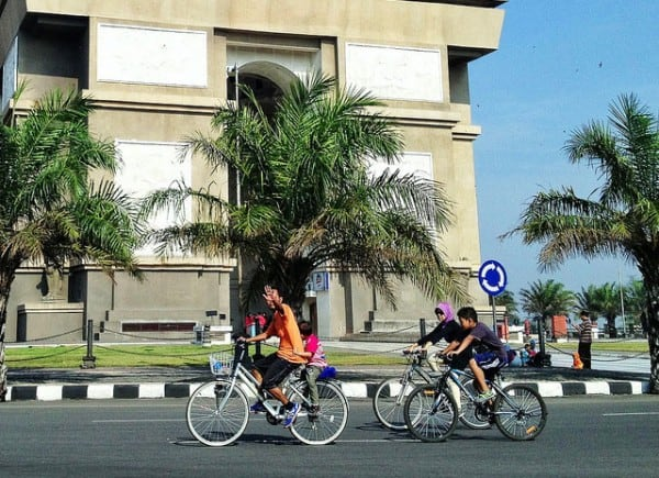 Bersantai naik sepeda di Obyek Wisata Simpang Lima Gumul Kediri Jawa Timur