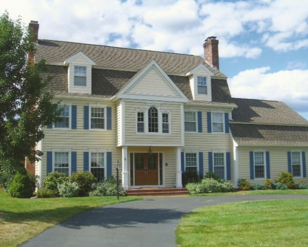 large timeless ranch style building with an insulated vinyl siding