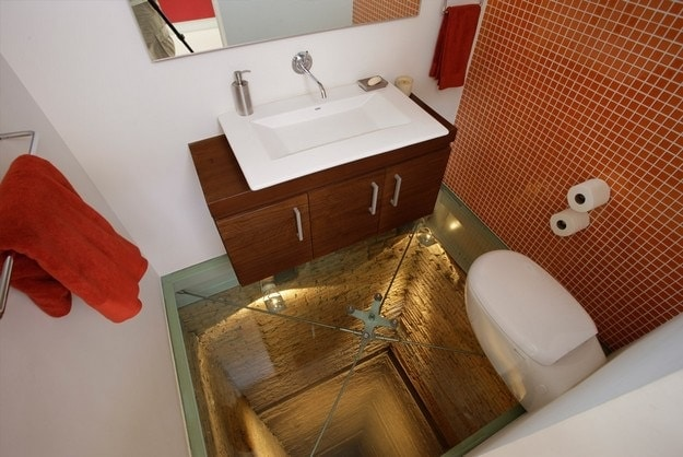 Toilette in Fahrstuhlschacht