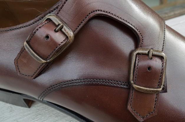 Mässingsfärgade spännen som i min mening gör sig riktigt bra mot mörkbrunt läder.