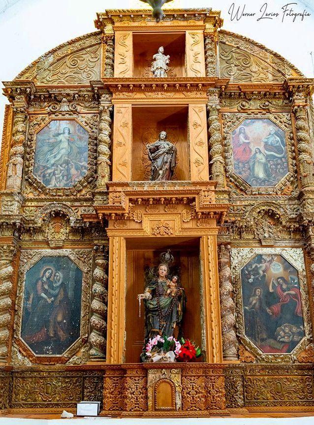Retablo de la iglesia profusamente tallado, como corresponde al estilo barroco
