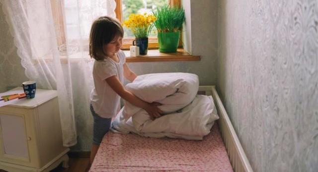 Menjaga kebersihan kamar anak dengan Rapikan dan bersihkan tempat tidur anak