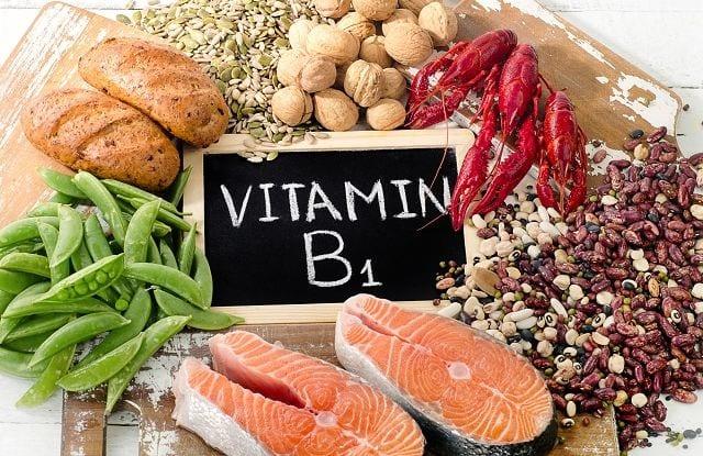 Vitamin B1, in der Fachsprache Thiamin genannt ist wasserlöslich und wird vom Körper benötigt um Kohlenhydrate zu verstoffwechseln und in Energie umzuwandeln. Zudem unterstützt es unterschiedliche Nervenfunktionen.